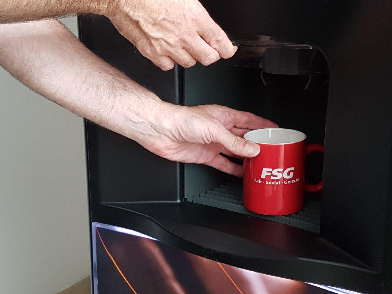 Kaffeeautomaten und Einwegbecher